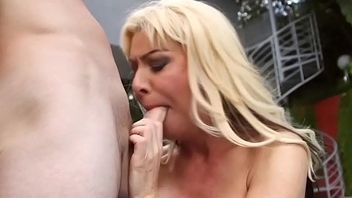 Busty cougar beauty gives sloppy head